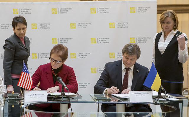 Ambassador Yovanovitch and Finance Minister Danyliuk sign an Intergovernmental Agreement