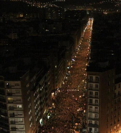 Decenas de miles de personas participan hoy en Bilbao en la manifestación contra la dispersión de los presos de ETA.  EFE/Luis Tejido