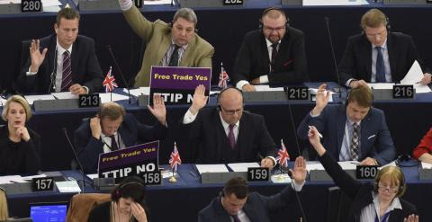 Varios europarlamentarios se muestran contrarios a Acuerdo de Inversión y Comercio Transatlántico (TTIP) y otros a favor durante una sesión plenaria del Parlamento Europeo en Estrasburgo (Francia)./ EFE/Patrick Seeger