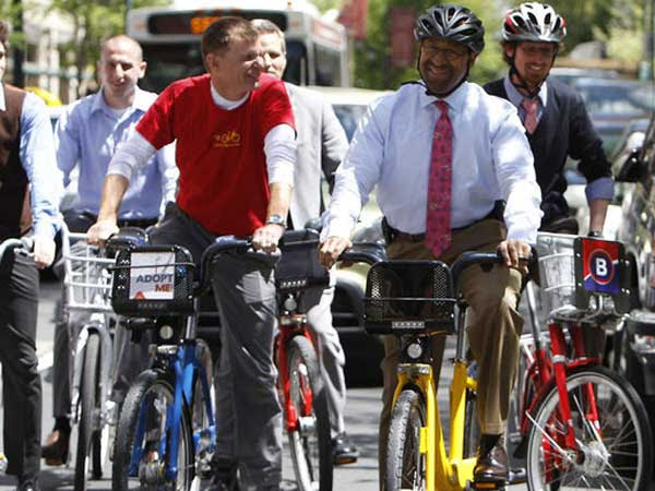 Mayor Nutter takes a bike ride with bike-share vendors around Rittenhouse Square. (DAVID MAIALETTI / STAFF PHOTOGRAPHER)<br />