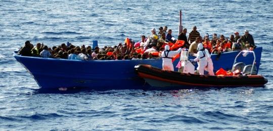 Opération de sauvetage de réfugiés par le Migrant Offshore Aid Station (MOAS), le 9 septembre 2014 dans la mer Méditerranée