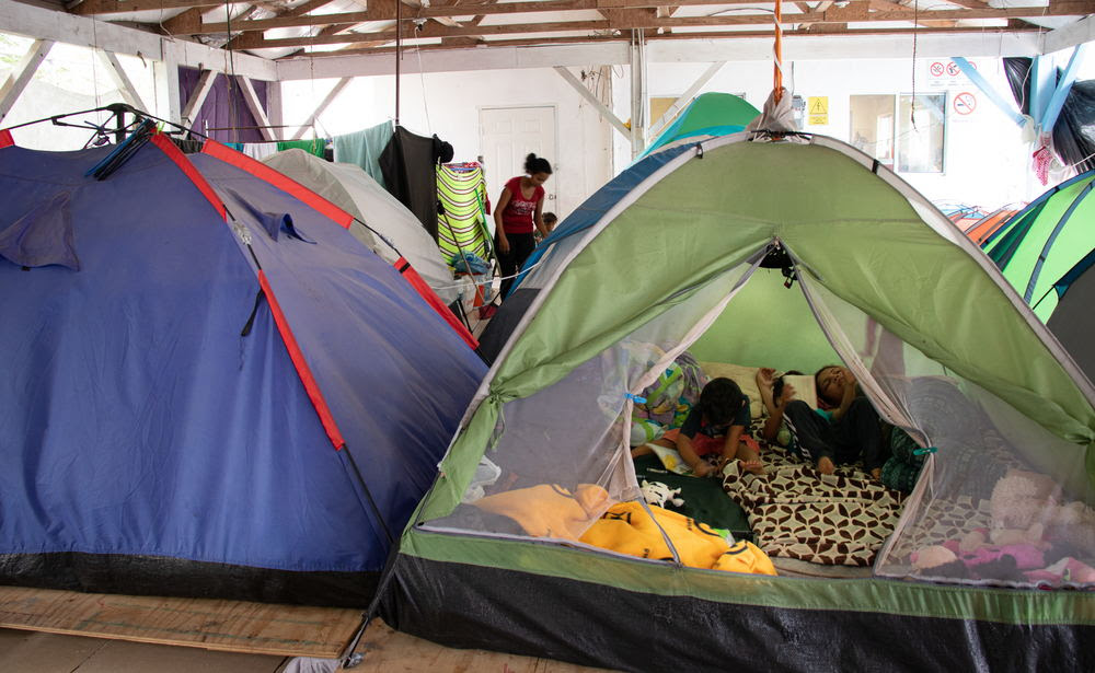 Los solicitantes de asilo se ven obligados a dormir en carpas instaladas justo al lado del puente en la frontera, sin acceso a servicios de agua potable y saneamiento. © MSF