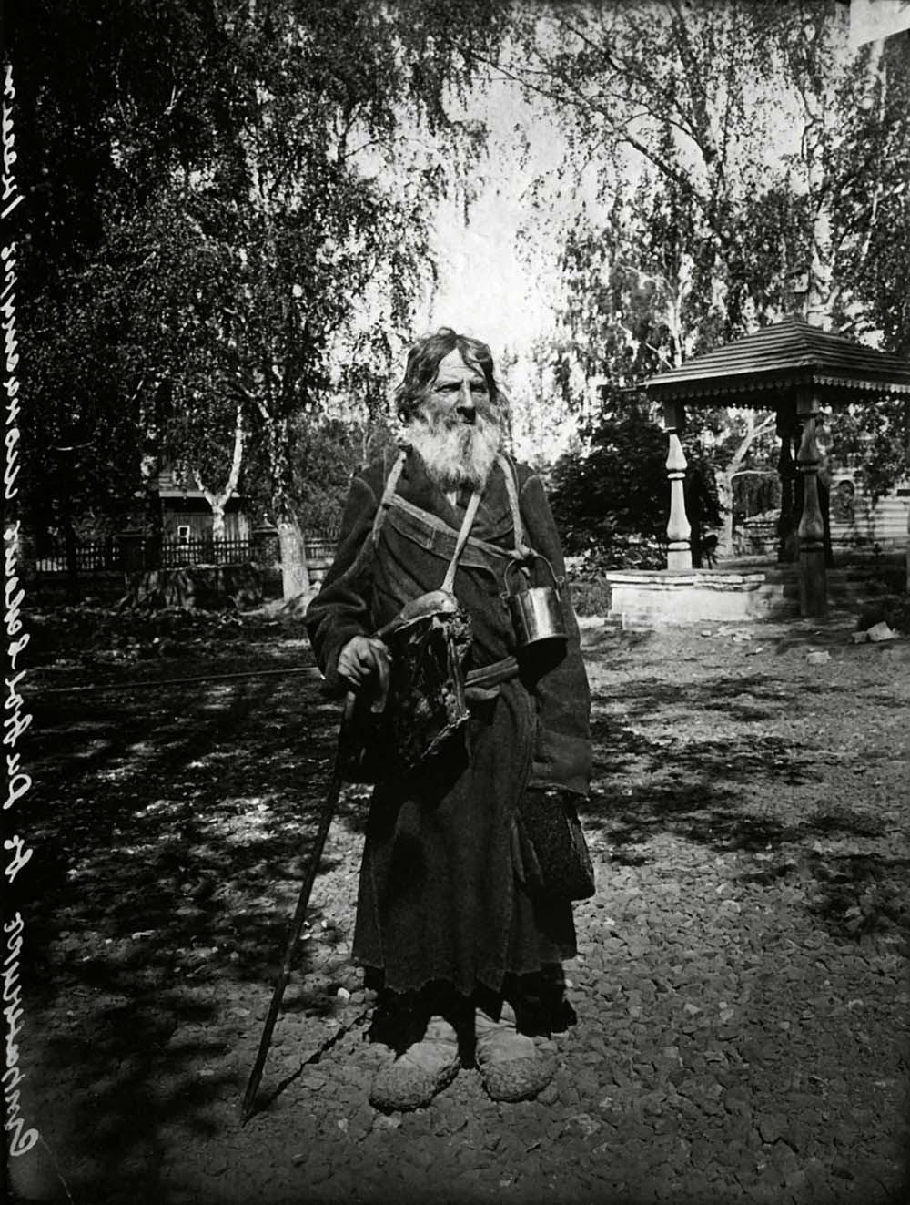 Странник в Серафимо-Дивеевском женском монастыре. Фото М.П. Дмитриева. 1904 г.