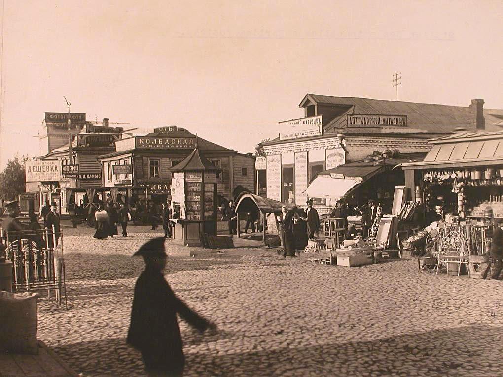 5Местные жители у торговых рядов и магазинов на автомобильной станции
