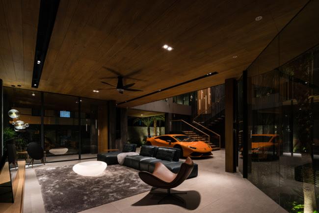 Phòng khách tại tầng 1 là nơi tiếp khách, đồng thời là nơi trưng bày những siêu xe của chủ nhân.
