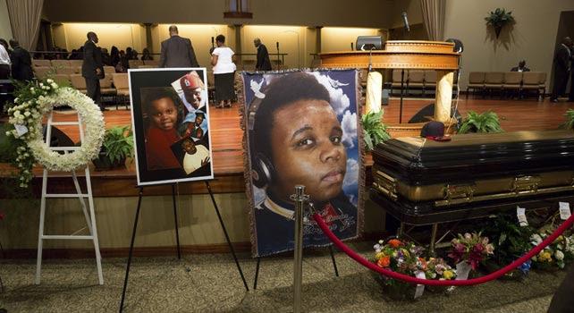 Fotografías de Michael Brown junto a su ataúd, durante su funeral en San Luis, Misuri.