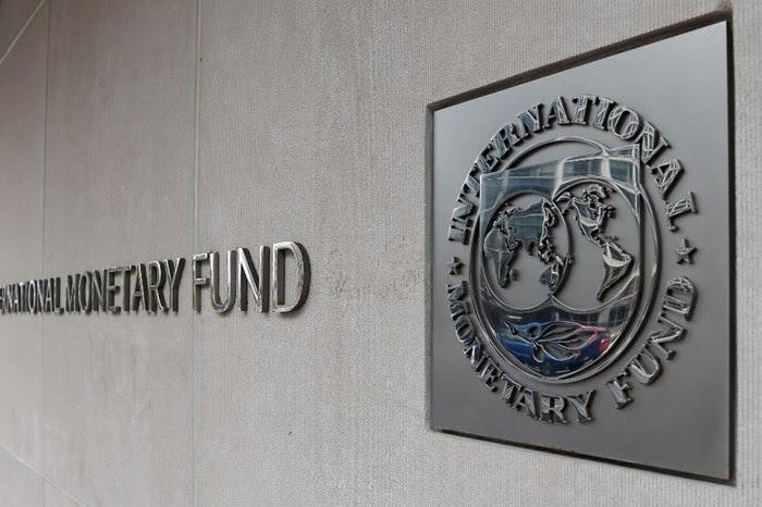 يمد صندوق النقد الأموال بيد، ويفرض سياسات تقشفية قاسية في اليد الأخرى