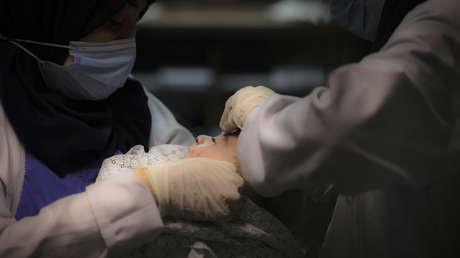 La trágica historia detrás de la foto del bebé rescatado de los escombros tras el ataque israelí a un campamento de refugiados en Gaza