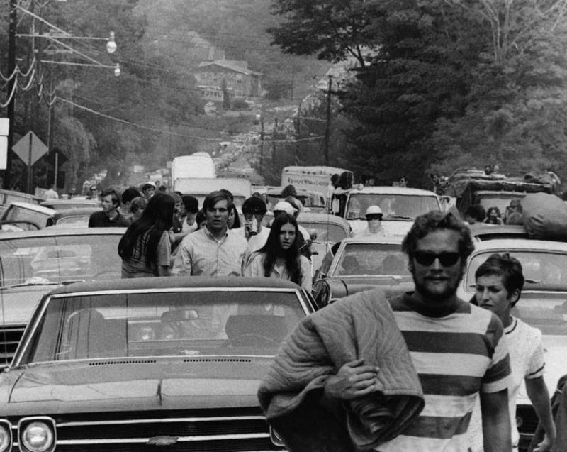 46 Years Ago Today, 500,000 People Descended On A Farm For The Greatest Music Festival Of All Time Abandoning-cars