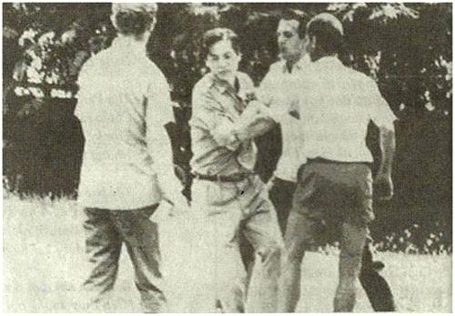 Hoàng thân Ung Boun Hor, Chủ tịch Quốc Hội Cam Bốt, bị nhân viên Sứ quán Pháp đẩy ra cửa giao nộp cho Khmer Đỏ, ngày 20/4/1975. Hình trong báo Newsweek, số ngày 19/5/1975, được luật sư của bà Billon Ung Boun Hor trưng ra trước tòa, để phản bác lập luận của chính phủ Pháp cho rằng những chính khách Cam Bốt tự nguyện rời khỏi Lãnh sự quán. Trích lại từ báo Thế Giới Ngày Nay (Kansas, chủ nhiệm Lê Hồng Long) số 207, tháng 7&8, 2010, trang 36.
