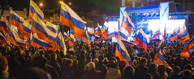 Miles de personas se concentran en la Plaza Lenin de Simferopol, la capital de Crimea.