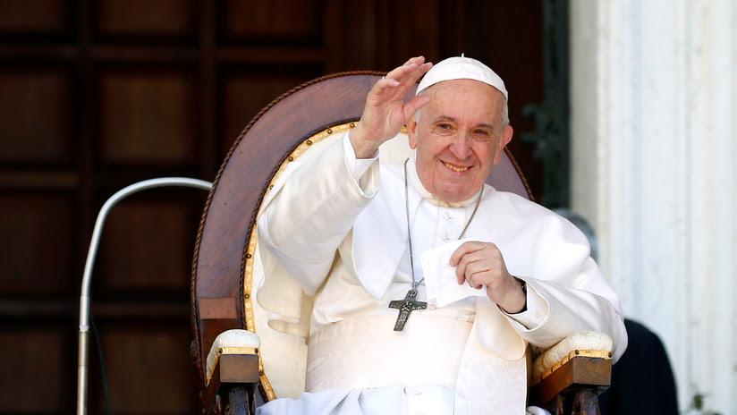 VIDEO: El papa Francisco retira insistentemente la mano para evitar que los fieles besen su anillo episcopal