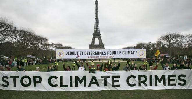 Varios manifestantes rechazan las conclusiones de la COP21. EFE