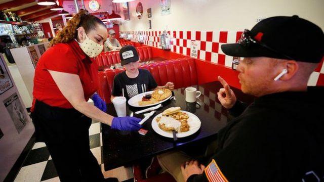 garçonete atendendo cliente em restaurante dos EUA