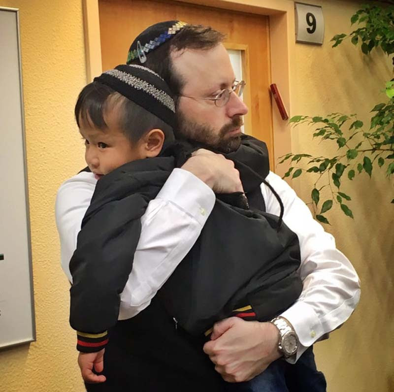 Yoav Fanai, 4, who arrived from India, with Shavei Israel Founder and Chairman Michael Freund.