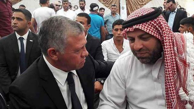 Король Абдалла с отцом одного из убитых израильским охранником