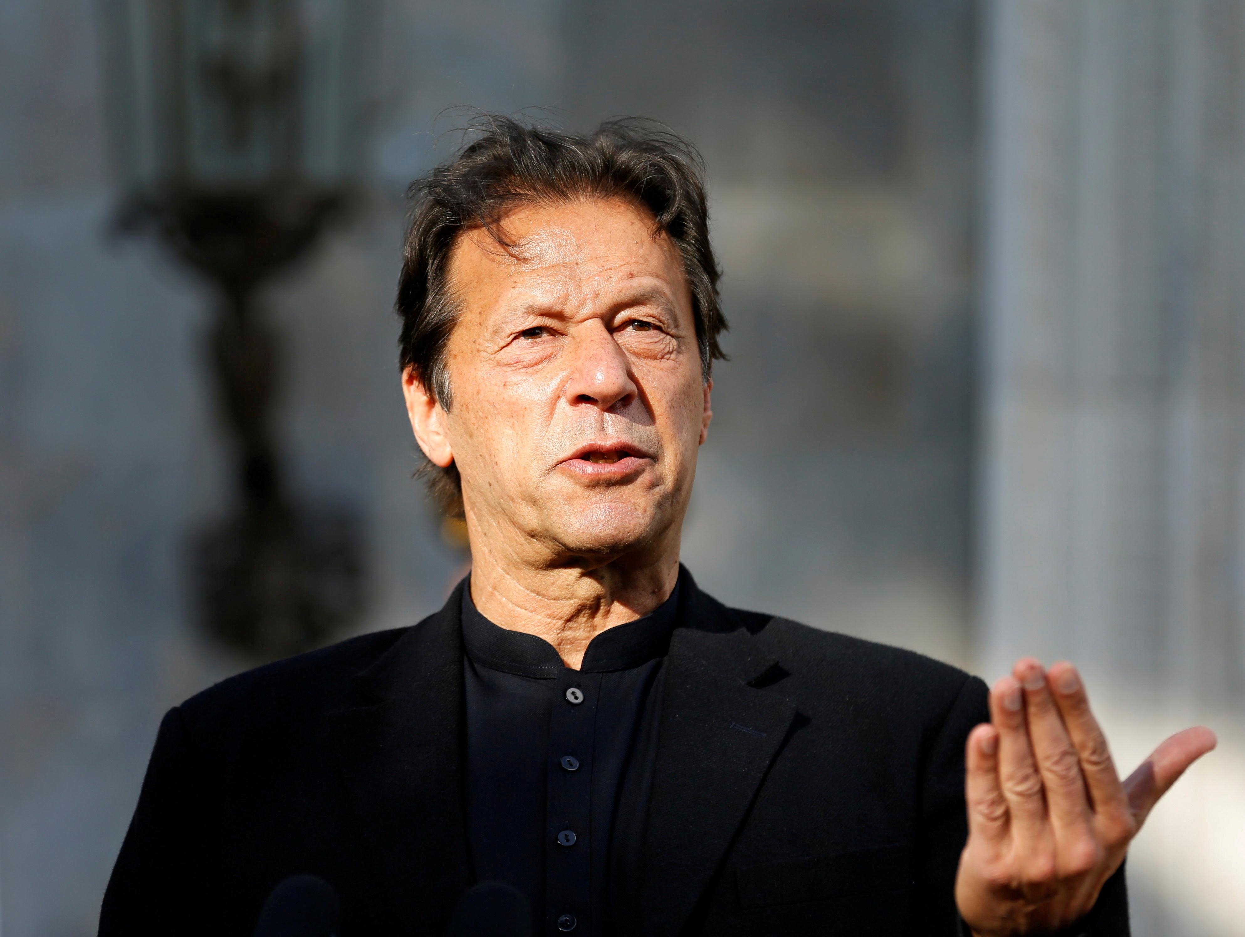 Imran Khan culpou as roupas femininas pelo aumento nos casos de estupro