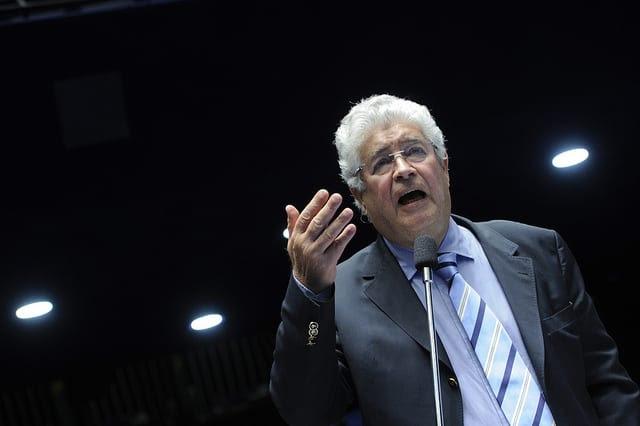 O senador Roberto Requião (PMDB/PR) no Plenário do Senado Foto: Pedro França/Agência Senado