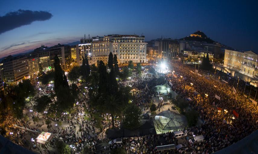 Los manifestantes llenan los alrededores del Parlamento Griego, en Atenas, en contra del la austeridad y a favor del 'NO' en el referéndum.-  REUTERS / Marko Djurica