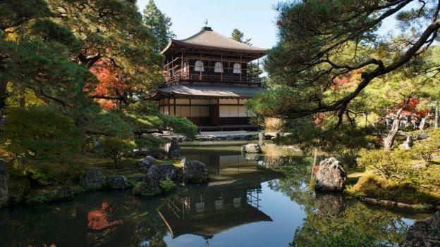Mặc dù không được lộng lẫy như ngôi đền chị Kinkakuji của nó, đền Ginkakuji ở Kyoto thể hiện một nguồn sâu sắc hơn về vẻ đẹp