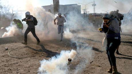 Migrantes son golpeados por gases lacrimógenos luego de que cientos intentaron cruzar ilegalmente la frontera de México con los EE.UU. en Tijuana, México, el 25 de noviembre de 2018.