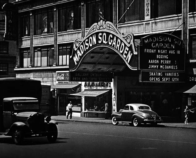 1898'de, Madison Square Garden'da dünyaya ilk uzaktan kumandalı model botunu gösterir. Yani Tesla'ya uzaktan kumandalı uçaklar, arabalar ve botlar (ve hatta televizyonlar) için de teşekkür edebiliriz.