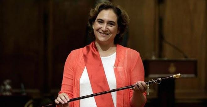 La alcaldesa de Barcelona, Ada Colau, tras recibir el bastón de mando de la ciudad. Archivo EFE