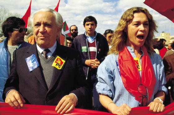 Pepa Flores junto a Ignacio Gallego (del Partido Comunista) en una manifestación contra la OTAN. (Rafa SamanoCoverGetty Images). Una imagen muy distinta a las de su infancia como niña prodigio.