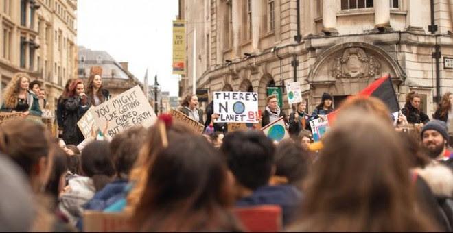 Los jóvenes reconocen esta emergencia climática y exigen que se tomen medidas para protegerlos. / Unplash