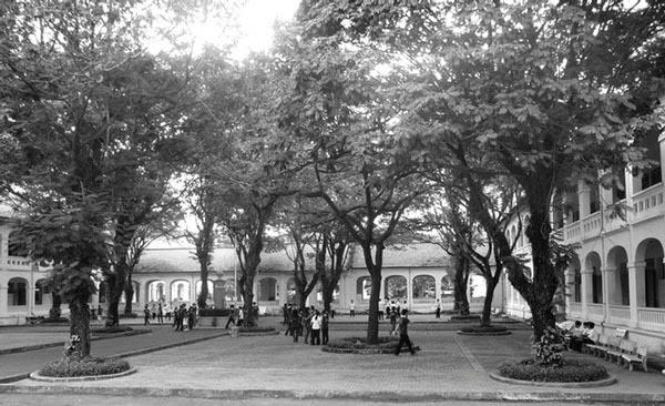 Sân trường Gia Long 1931. Nguồn:  tuxtini.com