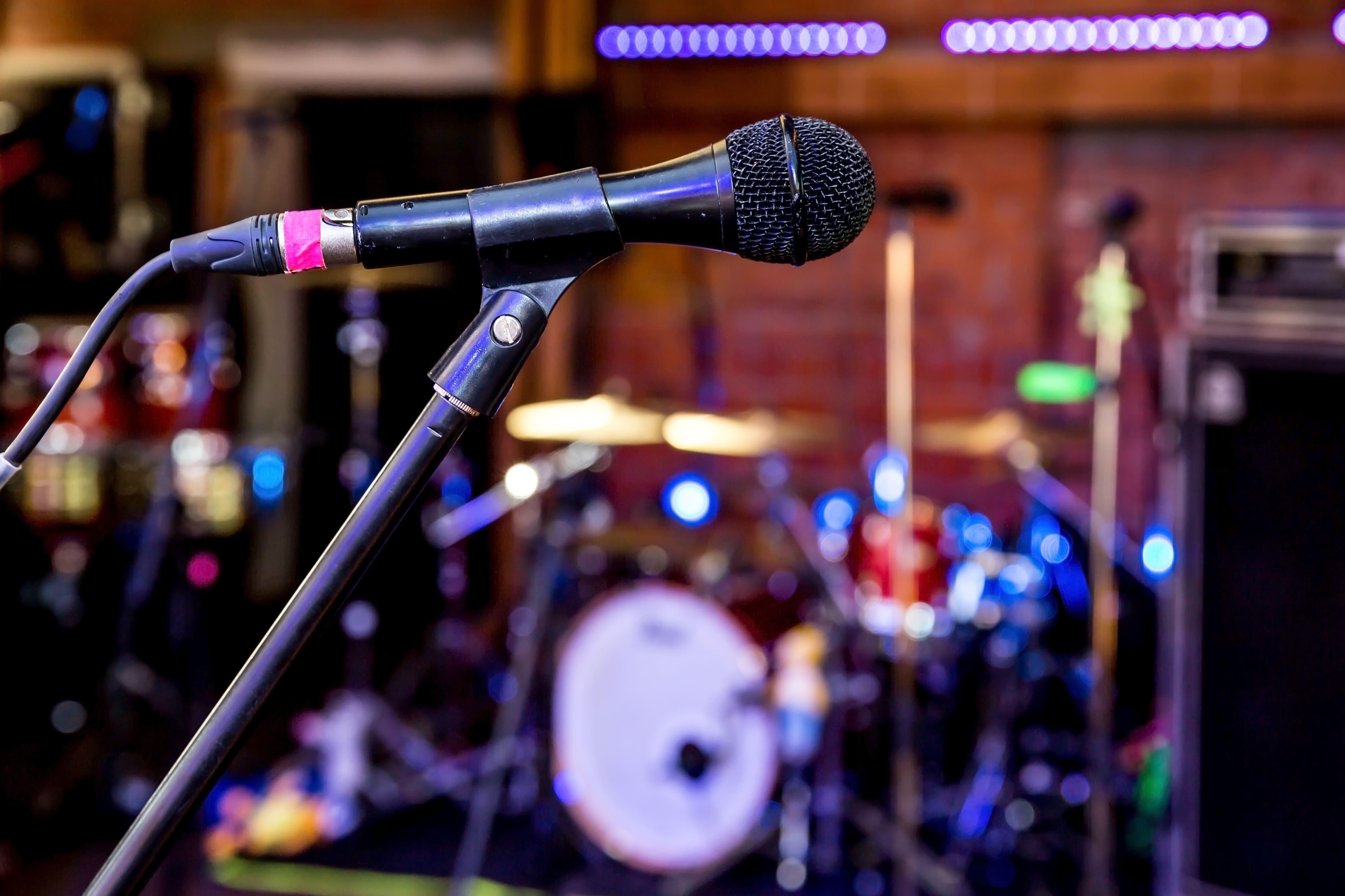 Imagem de um microfone para remeter ao texto que oferece ao empreendedor dicas de como abrir uma loja de loca??o de equipamentos para shows