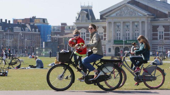 Holandeses en bicicleta