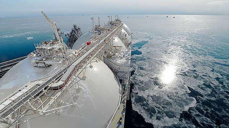 El metanero Grand Aniva en el muelle de la primera planta de gas natural licuado de Rusia en la región de Sajalín, al extremo oriental del país.