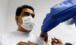 El presidente de Venezuela, Nicolás Maduro, recibe la dosis de Sputnik V.