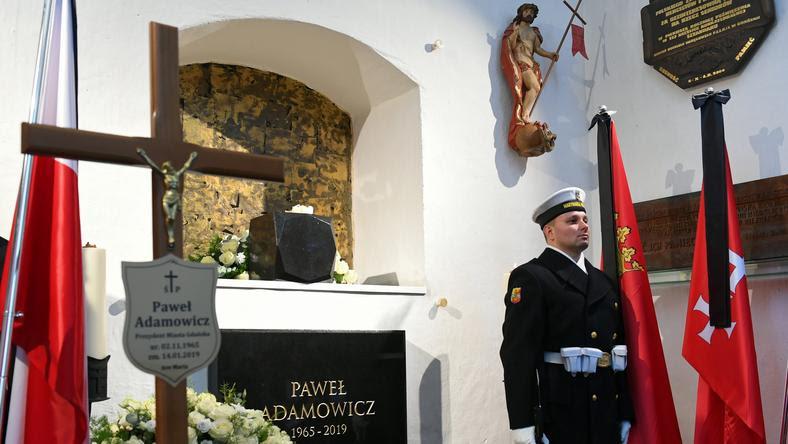 Urna z prochami Pawła Adamowicza złożona w kaplicy św. Marcina w gdańskiej Bazylice Mariackiej