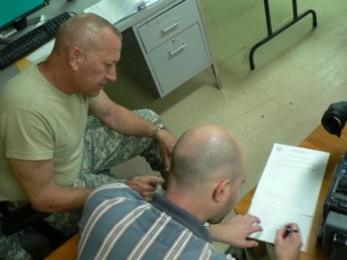 Firmando el documento.