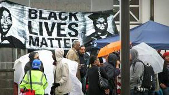 Los manifestantes dicen que seguirán acampando frente a la comisaría hasta que se esclarezcan los hechos. Foto: AP
