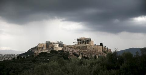 Nubes oscuras sobre la Acrópolis, en Atenas. E.P.