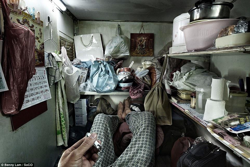 đồ dùng của người thuê nhà lấn các kệ của không gian sống nhỏ bé này
