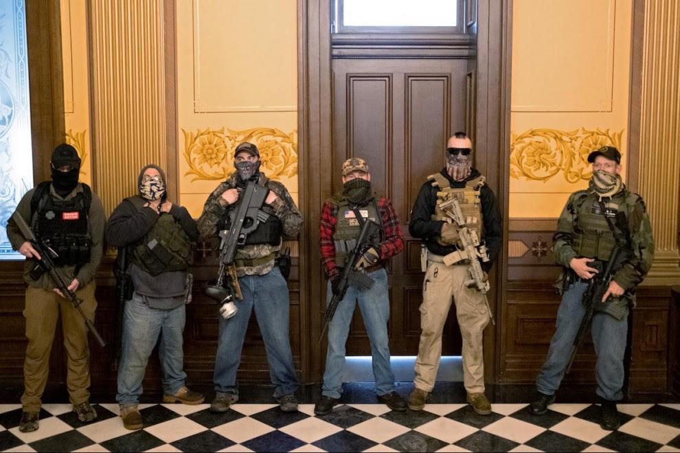 Un grupo de hombres armados durante las protestas en el Capitolio de Michigan.- REUTERS