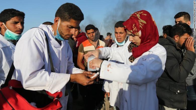 Palestinos lloran a enfermera muerta por fuerzas de Israel: 'Su única arma era su chaleco médico'