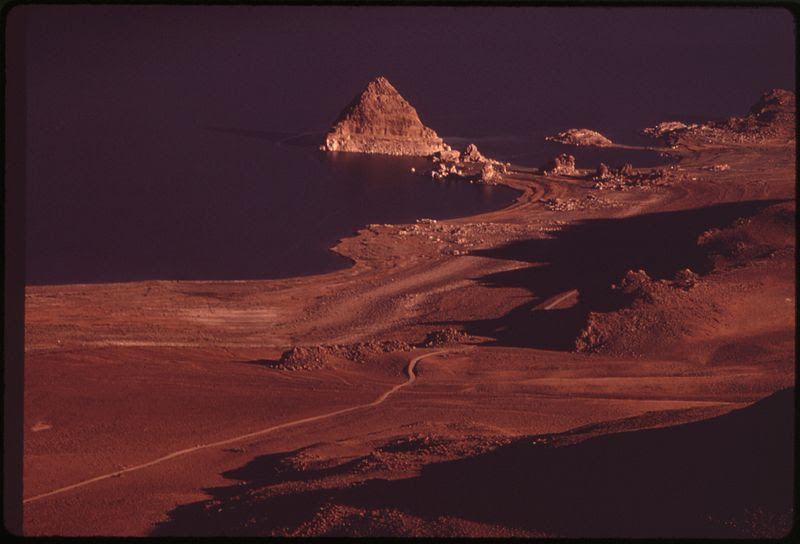 File:PYRAMID LAKE, LARGEST NATURAL LAKE IN NEVADA, LIES WITHIN THE PYRAMID LAKE INDIAN RESERVATION. THE ISLAND FOR WHICH... - NARA - 552889.jpg