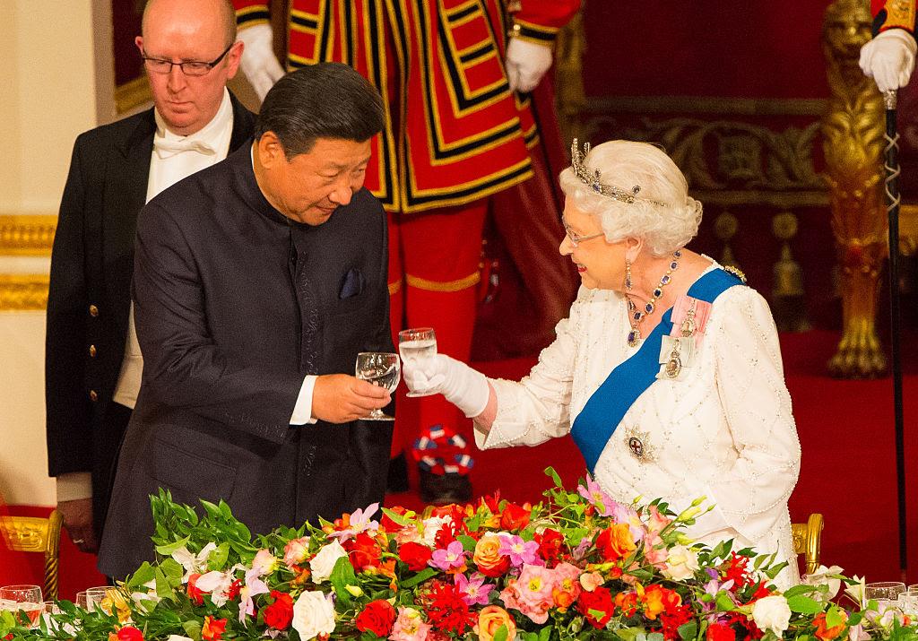 """Trung Quốc trong những thập kỷ gần đây với âm mưu làm bá chủ toàn cầu đã """"hút máu"""" và cả thế giới, mà nhiều quốc gia (Pháp, Hy Lạp, Tây Ban Nha, Úc…) đã từng cúi mình không hề oán thán."""