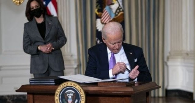 """MUST WATCH: Biden Struggles To Put Pen In His Pocket…Mumbles """"Kiss My Ear"""" To Himself Sitting Down To Sign Executive Orders"""