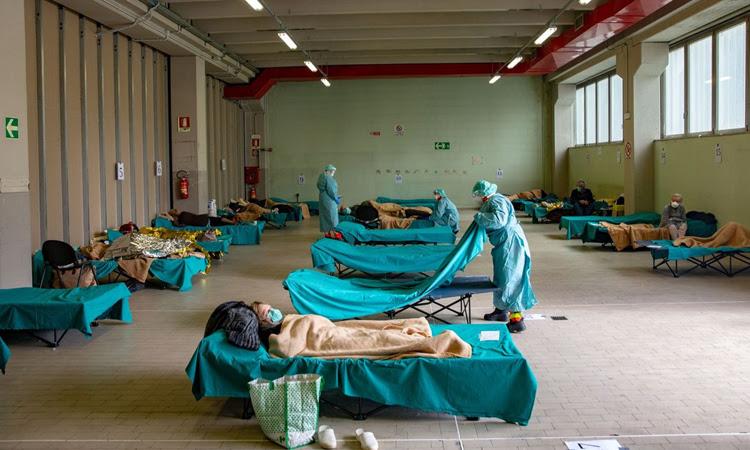 Khu điều trị tạm thời cho bệnh nhân Covid-19 ở một bệnh viện thành phố Brescia. Ảnh: Bloomberg News.