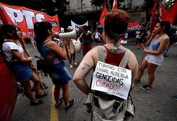 Manifestación en Argentina contra la disminución de sentencias de represores de la dictadura. Foto: AP.