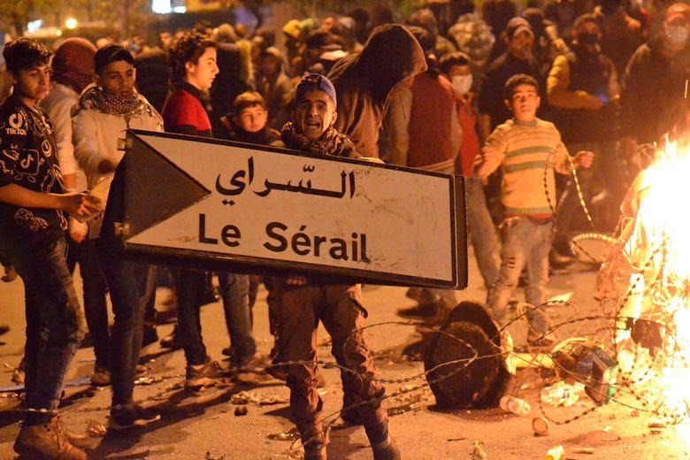 Des manifestants libanais ont protesté mardi devant le siège du gouvernement à Tripoli, dans le nord du pays.