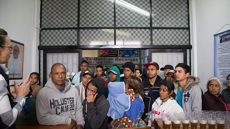 Migrantes Venezolanos buscan asistencia en la terminal de autobuses en Bogotá, Colombia © Bernardo Restrepo / Banco Mundial