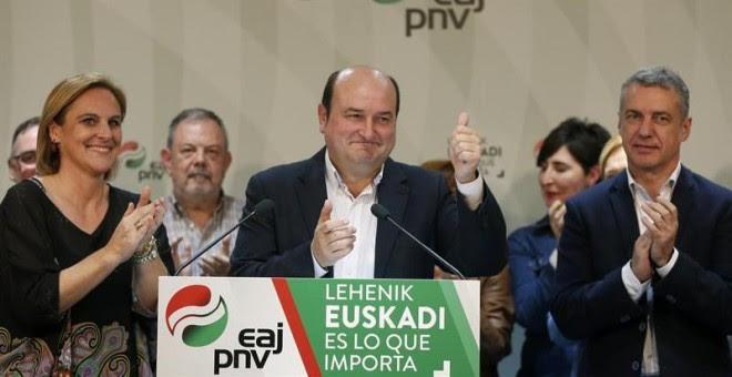 El presidente del PNV, Andoni Ortuzar, celebra los resultados obtenidos en presencia del Lehendakari Iñigo Urkullu y de la presidenta del partido en Bizkaia, Itxaso Atutxa, en su sede central, la Sabin Etxea de Bilbao. EFE/Luis Tejido