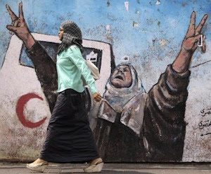 palestina-gaza-una-mujer-pasa-frente-a-un-muro-reuters-580x4161